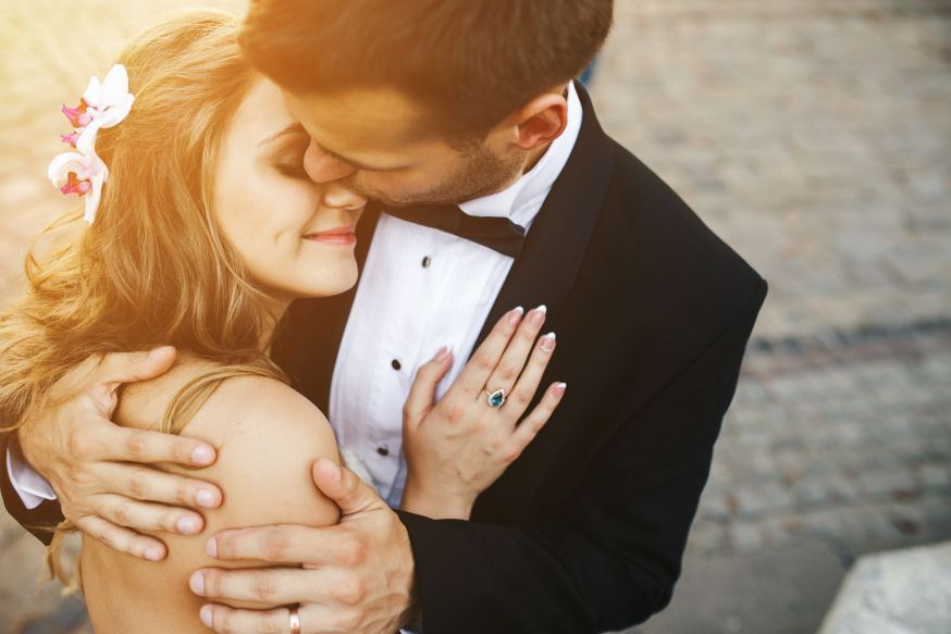 web-wedding-love-couple-hug-shutterstock_289078940-hrecheniuk-oleksii-ai